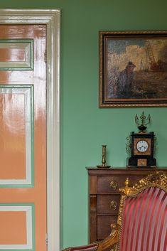 Goedenberg; Salon in groen en oranje Gallery Wall, Furniture, Home Decor, Living Room, Decoration Home, Room Decor, Home Furnishings, Home Interior Design, Home Decoration