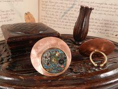 AnHadas. Anillo de cobre con maquinaria de reloj antigua alterada.