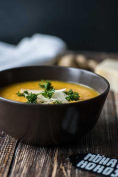 Schon mal Karotten-Ingwer-Suppe mit Kokosmilch probiert? Nicht? Dann findest Du auf Foodlikers ein wirklich einfaches Rezept für eine köstliche Suppe.