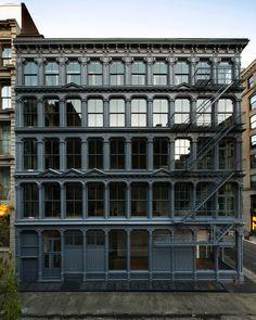 Impresionante fachada. Nada que ver con muchas excentricidades que vemos a diario. #arquitectura