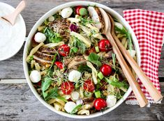 PASTASALAT MED KYLLING OG URTEDRESSING Cobb Salad, Salads, Curry, Food And Drink, Cookies, Meat, Chicken, Ethnic Recipes, Drinks