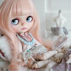 New girl needs a name! 💕☺️🌸 #mapoupeecherie #blythe #blythedoll #blythecustom #doll #artdoll