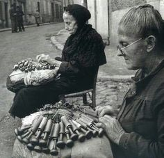 Bobbin Lace makers by Robert Doisneau Les dentelières Robert Doisneau, Henri Cartier Bresson, History Of Photography, Street Photography, Photography Office, Old Pictures, Old Photos, Old Paris, Vintage Paris
