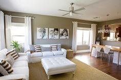 Sala blanca con cojines rayados
