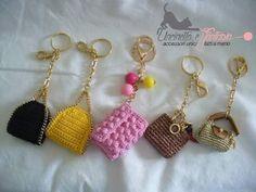 CHAVEIROS Crochet Backpack Pattern, Crochet Keychain Pattern, Crochet Pouch, Crochet Crafts, Crochet Dolls, Crochet Doll Clothes, Crochet Projects, Kawaii Crochet, Cute Crochet
