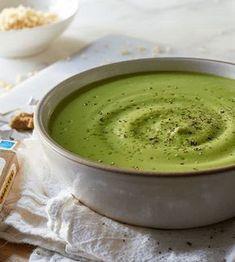 Deze prei broccolisoep is een echte aanrader. Ben jij je standaard lunch zat? Maak dan deze snelle koolhydraatarme soep! Makkelijk en gezond afvallen. Beef Recipes, Soup Recipes, Vegan Recipes, Cooking Recipes, Broccoli Recipes, Healthy Chicken Dinner, Fabulous Foods, Soul Food, Food Hacks