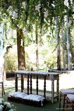 Cerimônia de dia e no campo. Altar de suspirar. Decoração: Edilayne Ferraz   Foto: Rejane Wolff
