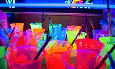 Decoração para aniversário de pré-adolescentes não é muito falado. Pensando nisso, trazemos dicas de como organizar uma festa neon, uma tendência teen. Aqui, a regra é quanto mais colorido, melhor! Se o seu filho ou filha que tem entre 10 e 14 anos quer uma festa neon, fique de olho nessas dicas. Cores Rosa, laranja, amarelo, verde são as cores...