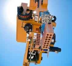 Un robot inventado en Australia, capaz de colocar 1000 ladrillos por hora... el nombre de este robot es Hadrian, y aquí pueden conocer la web del fabricante  www.fastbrickrobotics.net