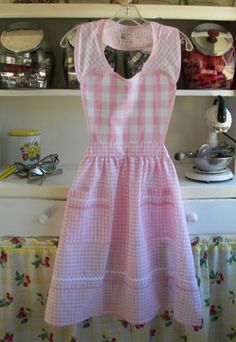 sweet pink double gingham apron, so the type of thing I loved wearing as a teen & young mom in the kitchen. Retro Apron, Aprons Vintage, Vintage Fabrics, Sewing Aprons, Sewing Box, Sewing Ideas, Homemade Aprons, Pink Gingham, Gingham Fabric