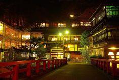 320年もの歴史をもつ日本最古の木造湯宿建築である群馬県・四万温泉にある「積善館」は、大人気ジブリ映画「千と千尋の神隠し」の制作の前に、宮崎駿監督がこの旅館を訪れた話と、映画にでてくる湯屋や世界観が類似点が多いということから、映画のモデルになったのではと人気になっています!