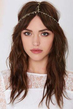 Recuerda llevar los accesorios a tu cita con la maquilladora y una foto de como lucirás tu cabello.