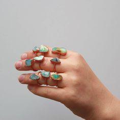 Opale péruvienne le bleu et le cuivre Éléctroformé anneaux / / / Pierre de naissance octobre / / pierre brute bague bague Pierre de couleur Turquoise / / / / / / Boho bijoux  Blancs laiteux, bleus profonds, turquoise, toutes les nuances de vert et les veines de moutarde... Lopale péruvienne est un magnifique mélange de couleurs !  Associé avec le chakra de la gorge, bleu opale péruvienne est mystiquement connu comme une pierre de courage ...