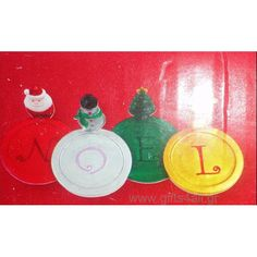 Ένα σετ 4 τεμαχίων σουβέρ σε χρώματα των Χριστουγέννων τα οποία όταν είναι το ένα δίπλα στο άλλο γράφουν την λέξη NOEL που σημαίνει Χριστούγεννα. Επίσης με κάθε σουβέρ συνοδεύεται μια χριστουγεννιάτικη φιγούρα (Αγ. Βασίλης, Χιονάνθρωπος, Έλατο, Τάρανδος). Προσθέστε μια γιορτινή διάθεση σε εσάς και στο σπίτι σας. Christmas Gifts, Noel, Xmas Gifts, Christmas Presents