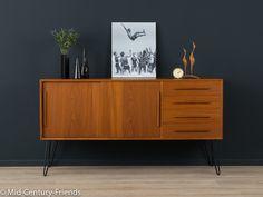 Klassisches Sideboard der 1960er Jahre. Korpus in Teak Furnier mit vier Schubladen, zwei Schiebetüren und neuen, zeittypischen Hairpin Legs in Schwarz.  Qualitätsmerkmale: - hochwertige...