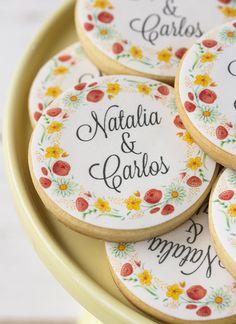 Personalized wedding cookies with flower design Baby Cookies, Iced Cookies, Cute Cookies, Sugar Cookies, Wedding Cake Cookies, Sugar Cookie Royal Icing, Macaron Cookies, Paint Cookies, Ice Cream Cookies