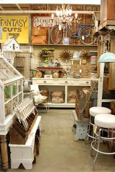 Antique Vintage Decor I would love to have the room for all this stuff in my booth! Antique Store Displays, Flea Market Displays, Flea Market Booth, Flea Market Style, Vintage Display, Antique Stores, Vintage Decor, Flea Markets, Shop Displays