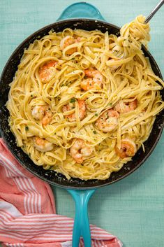 Shrimp Fettuccine Alfredo Easy Shrimp Alfredo Fettuccine Recipe - How to Make Shrimp Alfredo Pasta Shrimp Recipes Easy, Supper Recipes, Seafood Recipes, Cooking Recipes, Pasta Recipes, Delicious Recipes, Easy Skillet Dinner, Skillet Dinners, Shrimp Dishes