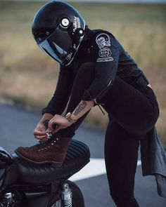 Just a girl & her bike Scooter Motorcycle, Motorbike Girl, Scrambler Motorcycle, Motorcycle Style, Motorcycle Outfit, Motorcycle Girls, Motorcycle Design, Cafe Racer Casco, Carros Vintage