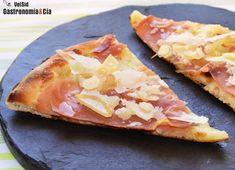 Si os apetece hacer una pizza diferente, muy fácil de hacer, con pocos ingredientes y que está deliciosa, aquí tenéis una buena propuesta, es la Pizza blanca con cebolla, jamón y parmesano. Cuántas veces habéis oído eso de que 'menos es más', pues a veces se cumple. La pizza bianca se caracteriza por la ausencia de tomate frito en la masa, de ahí que su base sea blanca. Esta es ideal para quienes les gusta la cebolla, aporta a la masa jugosidad, junto al aceite de oliva virgen extra, además…