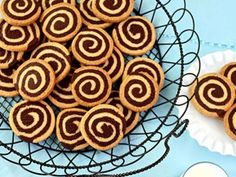Tutorial for great chocolate pinwheel cookies. A delicious recipe that combines the wonderful flavors of vanilla and chocolate in a cookie swirl. New Recipes, Cookie Recipes, Pinwheel Cookies, Greek Desserts, Pinwheels, Oreo, Sweet Tooth, Food Porn, Food And Drink