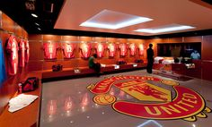 redoutable vestiaire plus Manchester United Stadium, Manchester United Gifts, Soccer Locker, Dark Humor Comics, Sport Hall, Home Theater Rooms, Football Design, Sports Graphics, European Football