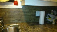 Dosseret de cuisine fait avec du plancher de vynile! Tile Floor, Flooring, Kitchen, Floor, Cooking, Wood Flooring, Home Kitchens, Kitchens, Cucina