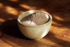 Le ghassoul (prononcez «rassoul») est une argile issue de l'Atlas marocain, employée par les femmes orientales depuis des siècles pour prendre soin de leurs peau et cheveux tout en douceur. Cette «terre» renferme de très larges propriétés, elle est purifiante, décongestionnante, …