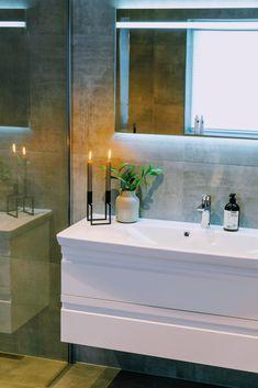 Det skal ikke så mye til for å skape en lun stemning på badet. Med noen blomster eller grønne vekster i en vase er du langt på vei. Få flere tips om grønne planter som trives på badet på bademiljo.no! Bathroom Lighting, Bathtub, Mirror, Furniture, Home Decor, Bathroom Light Fittings, Standing Bath, Bathroom Vanity Lighting, Bathtubs