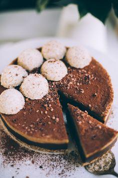 Raw Vegan Chocolate Cashew Caramel Cheesecake — Will Frolic for Food - Vegan Cheesecake Recipes Raw Vegan Cheesecake, Caramel Cheesecake, Chocolate Cheesecake, Cheesecake Desserts, Homemade Chocolate, Vegan Chocolate, Raw Cake, Raw Vegan Cake, Vegan Pie