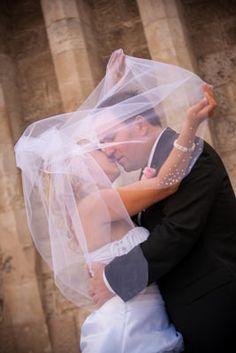 Kreatív esküvői fotózás a várban a Halász Bástya alatt.  Évi & Gábor esküvői képei  http://zoomstudio.hu/eskuvoi-fotos/