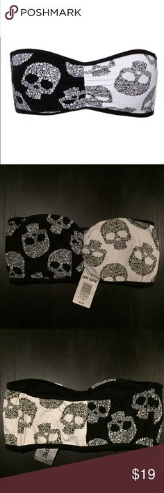NWT - HOT TOPIC Black x White Skull Strapless Bra NWT: Black x white split skull strapless padded bandeau bra from HOT TOPIC. 💀🖤 Brand new, never worn -- new with tags! Hot Topic Intimates & Sleepwear Bandeaus