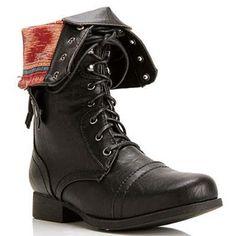Los botas son más linda de los tres. Las botas son negras, naranjas, y rojas. Me encanta estos botas.