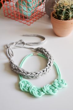 Statement 2 ways (braided or knotted) Yarn Necklace, Knitted Necklace, Diy Xmas Gifts, Jewelry Knots, Diy Jewellery, Jewlery, Jewelry Making, Diy Accessoires, Quilts