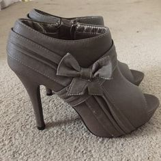 Rue 21 bow-strapped heels Gray/slightly worn Rue 21 Shoes Heels