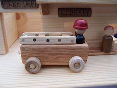Enfin, une ville pour tout ton peuple peg est ici.  La ville comprend: - une caserne de pompiers, complete avec une incendie camion pompier - une bibliothèque et, avec une étagère, siège et un bureau pour le bibliothécaire - un restaurant avec des tables, nommé daprès un restaurant dans notre ville appelée Cathy - un bureau de poste avec un bureau et dun mail camion - Main Street avec rampes aux deux extrémités de la ville de conduire les voitures et dautobus et de camions marche - un banc…