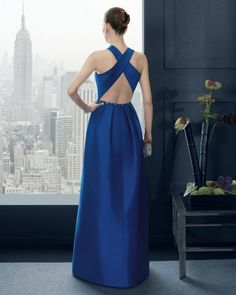 Detalle con espalda cruzada y descubierta con tirantes en forma de X de este diseño en azul cobalto de Rosa Clara