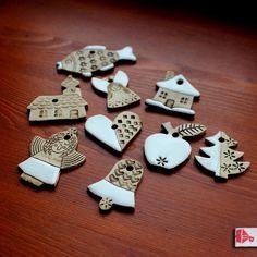 Keramické+vánoční+ozdoby+-+malá+sada+V+jednoduchosti+je+krása...+Jemné+ozdobičky+na+vánoční+stromek,+ale+také+vhodné+jako+drobné+dárky+nebo+jako+přívěsky+na+vánoční+balíčky.+--------------------------------------------+Ozdůbky+ze+světlé+hladké+hlíny,+patinované+burelem+a+dozdobené+bílou+lesklou+glazurou.+Celkem+9+kusů:+chaloupka+kostelíček+kapr+andělíček...
