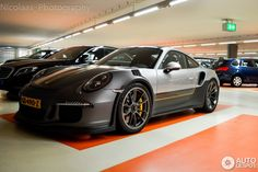 Custom liveries used to be an option reserved for the extremely high-end Porsche 918 Weissach. But now that that car is out of production, it seems they are offering this option for other models. This Porsche 991 GT3 RS, spotted...