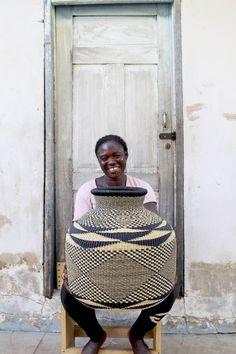 A cesta Jemima 10 Cows da tecelã Akelebe Nyaaba de Bolgatanga, em Gana. Cesta feita com fibras naturais da árvore de baba (baobá), Adansonia digitata. https://babatree.com/collections/jemima-10-cows/products/jemima-10-cows-basket-by-akelebe-2