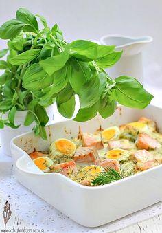 Ziemniaczana zapiekanka z łososiem i jajkami w kremowym sosie chrzanowym