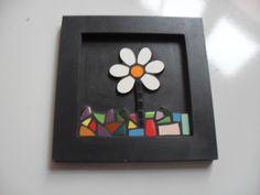Um quadrinho em mosaico.  Com 1 flor; 14,5x14,5 cm  Realizado com azulejos específicos.  Moldura em MDF pintada com tinta acrílica preta e acabamento em cera. E com ganchinho para dependurar na parede.  Ótima opção para decorar sua casa ou presentear com bom gosto!  Para esclarecer dúvidas ENTRE ...