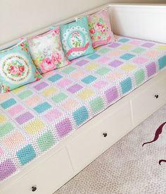 Kırlente karar veremediysem demek  Mutlu haftasonları dilerim ☺❤… Crochet Quilt, Crochet Blanket Patterns, Baby Blanket Crochet, Baby Patterns, Crochet Cushion Cover, Crochet Cushions, Crochet Kids Hats, Crochet Baby Booties, Crochet Furniture