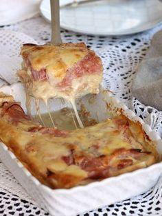 Lo sformato di pane prosciutto e scamorza si prepara in pochissimi minuti senza panna né besciamella, è saporito, facile e pratico.