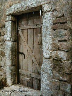 Puertas viejas Door Knockers, Door Knobs, Door Handles, Old Doors, Windows And Doors, Portal, Building Front, Landscape Model, Door Entryway