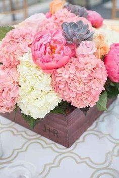 centre de table avec fleurs et succulents