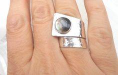 Bague originale en argent martelé, bague bijou de main argent, anneau martelé large, bague nacre sertie.