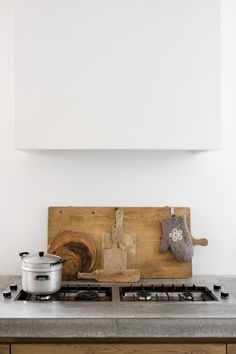 Concrete counter + wood + clean, white wall / Minimalist