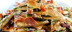 Flammkuchen met groene asperges, champignons, Coburgerham en Gruyère