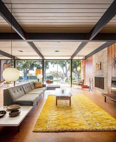 Mid-century architecture: Let's fall in love with the most amazing mid-century modern architecture examples Mid Century Modern Living Room, Mid Century House, Mid Century Modern Design, Mid Century Rug, 1970s Living Room, Mid-century Interior, Modern Interior Design, Stylish Interior, Coastal Interior